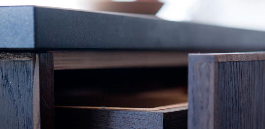 Stefansgade Køkkenet. Moseeg, granit, hånddrejede messinggreb. Tegnet og produceret af Emil Harbo og Sigurd Rømer.